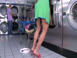 Haciendo la colada en la lavanderia se la cae un consolador … - XXX
