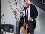 La secretaria al final se amorra a la polla de su nuevo jefe.. - XXX