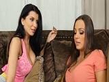 Su madre le enseña cómo se juega y se masturba un coño de mujer - Lesbianas