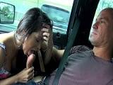 Se pone a comer polla mientras la llevan en coche, que guarra - XXX