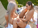 Cali Carter y Nina Elle muy cachondas follando en la piscina! - Lesbianas