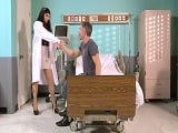 Se presenta la doctora, viene un poco escotada, verdad? - Morenas