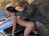 Policía se folla a una chica latina ilegal en medio del bosque - Redtube