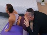 Ve a su mujer hacer yoga y se lanza a por su culo, que marrana.. - Maduras