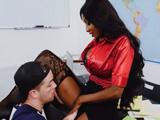 El alumno se ve en la obligación de tener que follar con su profesora - Negras