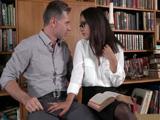 Le echa mano a la polla a un desconocido en la biblioteca ... - Doble Penetracion
