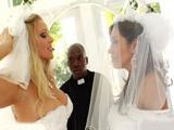 Lesbianas recién casadas se comen la polla del cura a medias