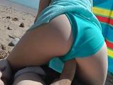El bikini hacia un lado y a follar duro en la playa como conejos - Amateur