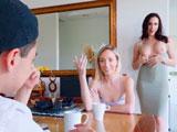La suegra le enseña las tetas a espaldas de su novia… - Zorras