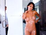 Sé que no está bien espiarla en la ducha, pero joder está tan buena… - Morenas
