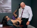 No te masturbes en el despacho chica, ya te clavo yo la polla joder! - HD