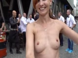 La sexy Jeny Smith paseando por la calle con las tetas al aire - Chicas Desnudas