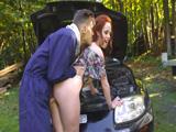Se queda tirada en la carretera y el mecánico la folla el culo