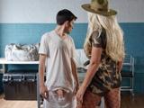 La sargento obliga al recluta a empalmarse y a tener sexo duro con ella - Porno Gratis