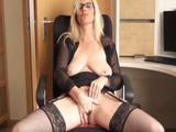 Secretaria cachonda se masturba cuando se queda sola en la oficina - Alemanas