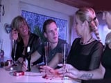 Tres maduras alemanas se follan a un chico en un pub liberal - Alemanas