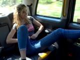 Una clienta joven se empieza a tocar el coño en el taxi, que pretende? - Folladas En El Taxi