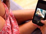 Tiene fotos en el móvil de la madre de su colega desnuda - HD