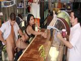 Mientras atiende a los clientes la están dando por el culo, vaya camarera !! - Pornhub