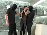 Dos hombres intentan robarme todo y además me acaban follando duro - Xvideos