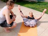 Mamá me enseña lo que ha aprendido en las clases de Yoga - Zorras