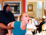 No solo entran a robar en su casa sino que además se la follan - Casadas