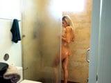 Me pajeo mirando a mamá cuando está desnuda en la ducha - Amateur