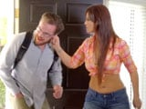 Le pilló poniéndose cachondo mirándola mientas ella limpiaba la casa - Amas De Casa