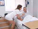 Le he caido bien a la enfermera, está todo el día pendiente de mi - Porno Gratis