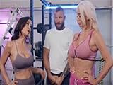 Dos maduras pelean en el gimnasio por follarse al monitor - XXX