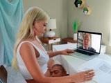 En vídeo conferencia con el jefe mientras el novio le come el coño - Rubias