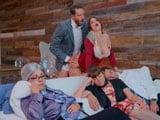El amigo de su marido se la folla mientras la familia echa la siesta - Casadas