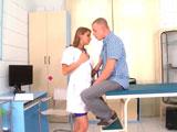 Joder que tetas tiene la enfermera, no puedo dejar de mirarlas - Tetonas