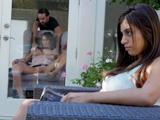 La hija está viendo como su madre se enrolla con ese chico joven - Xvideos