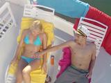 El capitán del barco me da crema solar, yo a cambio le hago una mamada - XXX