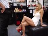 Voy a comprarme unos zapatos y acabo tonteando con el vendedor - Porno Gratis