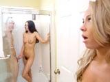 ¿Qué hace mamá metida desnuda en la ducha con mi chico? - Trios