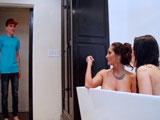 Pilla a su chica dentro de la bañera con su madrastra, faltaba él! - Incestos