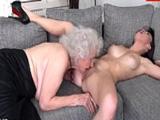 Voy a ver a la abuela a casa y me acaba comiendo el coño, tenía ganas - XXX