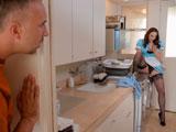 Pilla a la señora de la limpieza masturbándose en la cocina - Amas De Casa