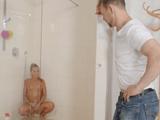 Ve a su hija masturbarse en la ducha, eso le pone mas que cachondo !! - Xhamster