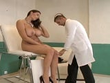 El ginecólogo le examina los pechos y acaba enculada - XXX