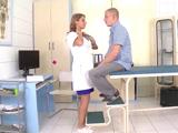 La doctora no me hace el reconocimiento médico, la doctora me folla !! - HD