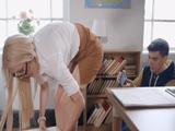 A la profesora se le caen unas hojas y el alumno le hace fotos al culo - Xhamster