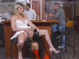 Me come el coño en la barra del bar, su marido bebiendo cerveza … !! - Videos Porno