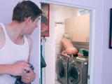 Mamá se masturba con la vibración de la lavadora, será viciosa! - Amas De Casa