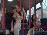 Calentón porno en el autobús, el resto de pasajeros alucina … !! - Xvideos