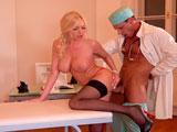 Esta paciente se merecía un tratamiento especial de parte del doctor - Tetonas