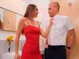 El novio pasa de ella. No pasa nada, ella se folla al camarero en el lavabo - Latinas