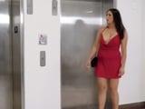 Otra vez está el puto ascensor jodido y yo con estos tacones - XXX